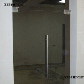 Маятниковая стеклянная дверь с доводчиком. Цвет - бронза
