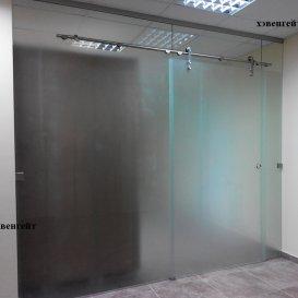 Стеклянная перегородка с раздвижной дверью