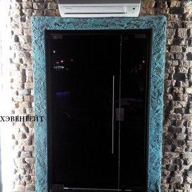 Стеклянные двери с чёрной пленкой