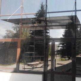 Козырёк из стекла на стоечно-ригельном фасаде